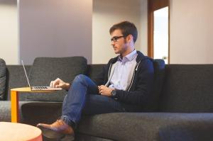 Es muss nicht immer der Schreibtisch sein. Moderne Arbeitsplätze bieten vielfältige Raumangebote.