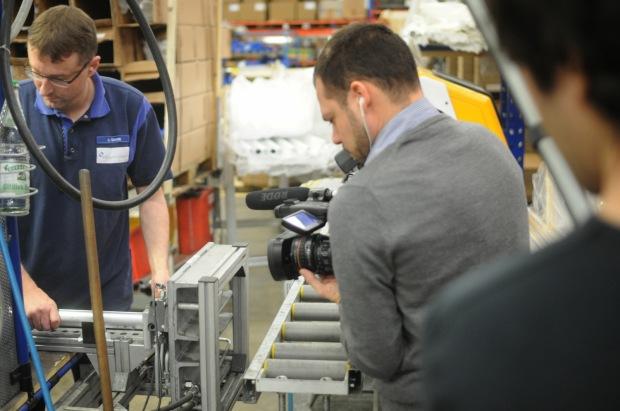 Daniel und Philipp bei Dreharbeiten in der Werkshalle von allsafe JUNGFALK 2